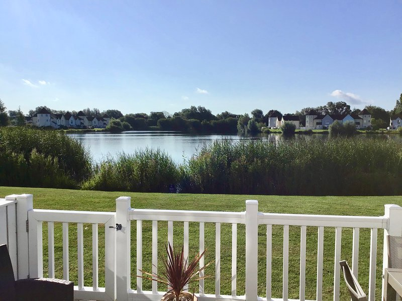 Hello and Welcome to our lakeside holiday home !!, vacation rental in South Cerney