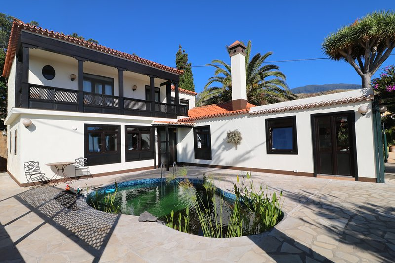 Villa Escondida -  Large reformed mansion with sea view - 4-6 Persons, holiday rental in Playa De Los Cancajos