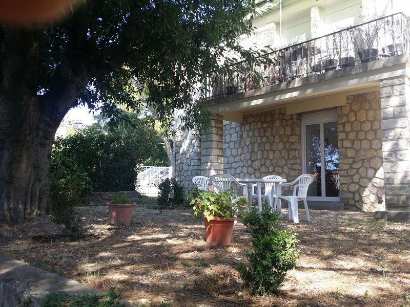 Appartement rez de chaussée dans un très beau parc à Villeneuve les Avignon, holiday rental in Villeneuve-les-Avignon