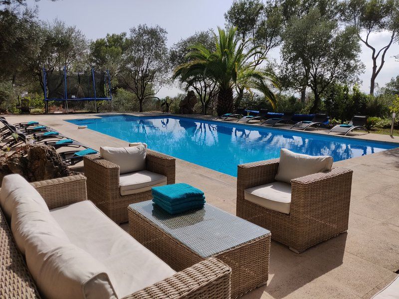 Pool 15m with sunbeds / garden furniture / trampoline / shower / heat pump / bubble cover