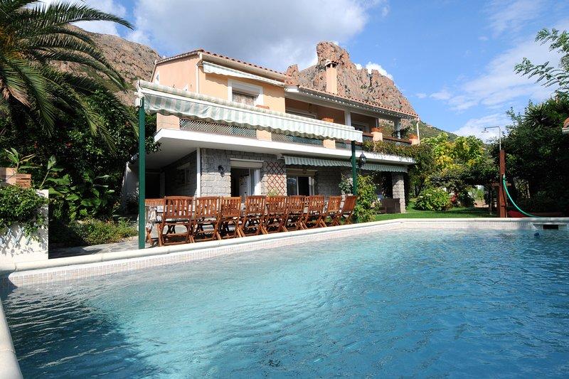 VILLA IDEALE GRANDS GROUPES,PISCINE,GRAND JARDIN, PRES DES PLAGES ET D'AJACCIO, holiday rental in Sarrola-Carcopino