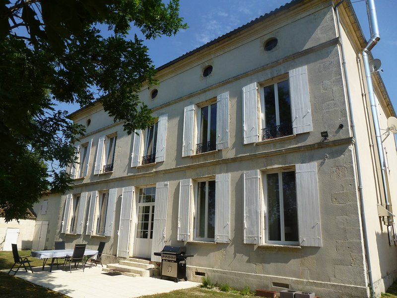 The Domaine at Petit Champagne, sleeps 26 with huge pool and stunning views, vacation rental in Puy du Lac
