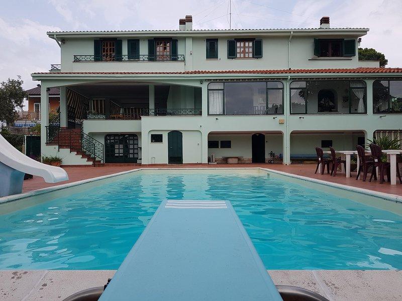 Villa presidenziale in uso ESCLUSIVO con piscina e barbecue a 300m dal mare, vacation rental in Anzio