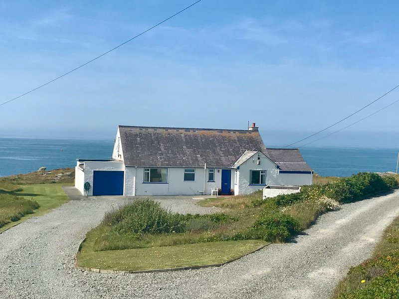 Ty Camp Holiday Cottage; panoramic views, open fire, close to beach and village, vacation rental in Trearddur Bay