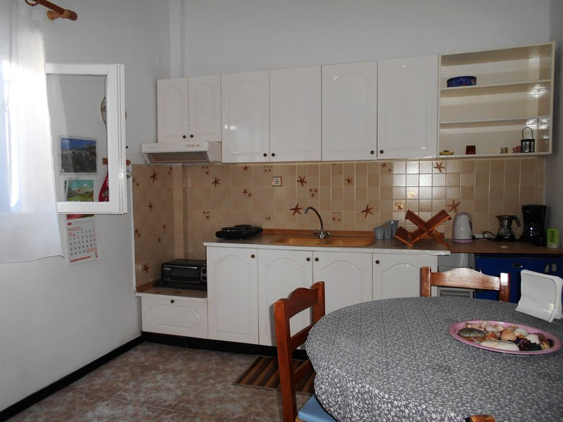 Appartamento per vacanze con vista mare e monti, holiday rental in Votsalakia