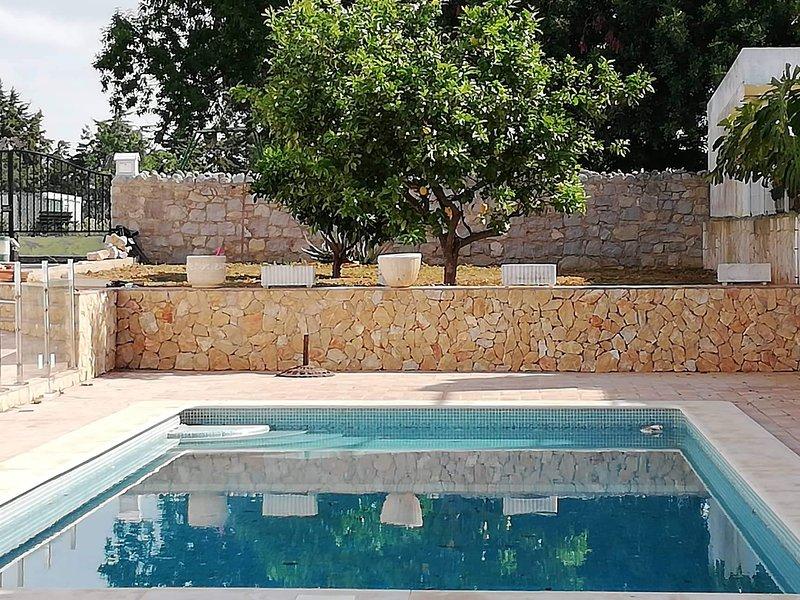 Spacious house with shared pool, casa vacanza a Vila Nova de Cacela