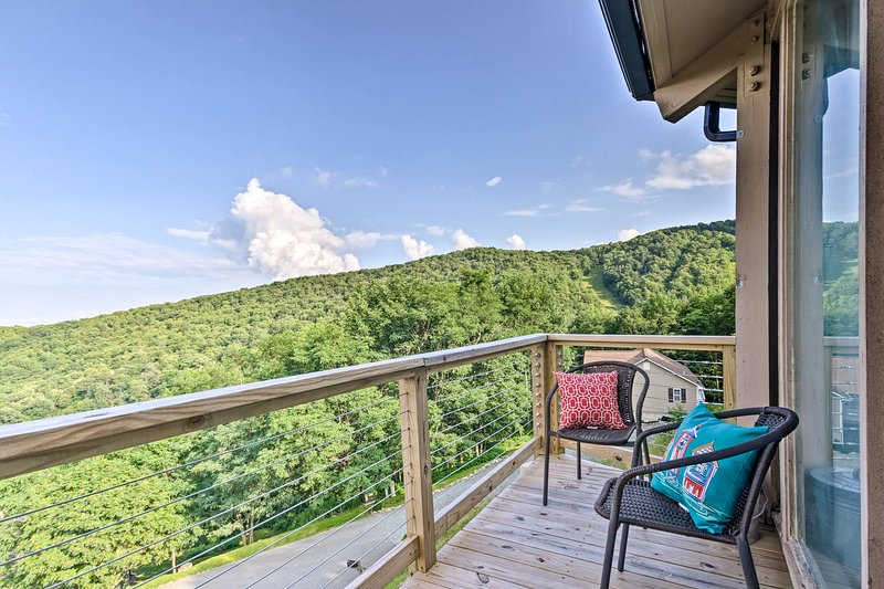 Gaze out at the panoramic views that this roundhouse has to offer on the deck!