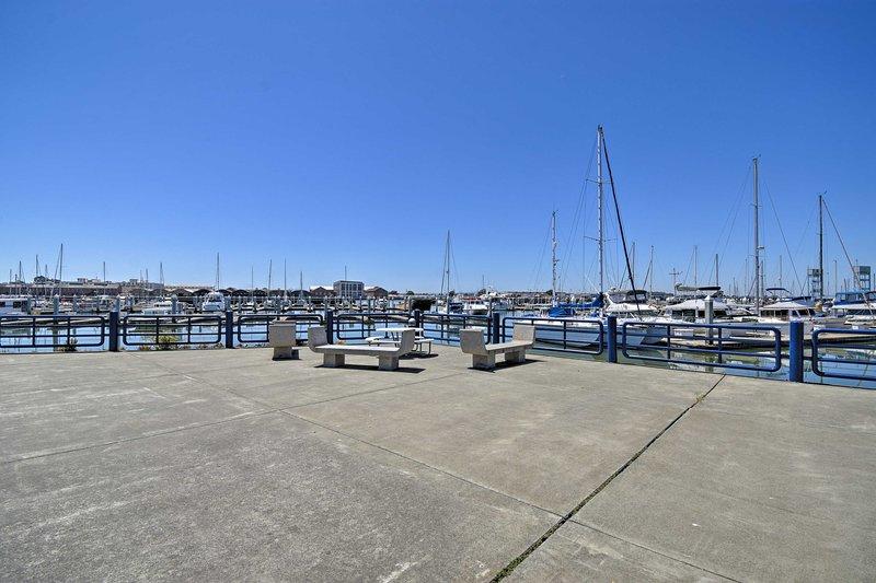 Dirigez-vous vers la baie pour embarquer sur un ferry ou profitez simplement de la vue!