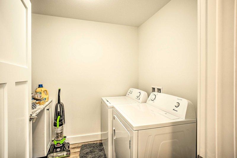 Mantenha as roupas do grupo limpas com a lavadora e a secadora.