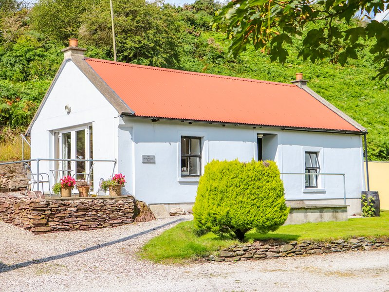 THE DISPENSARY, detached bungalow, en-suite bedroom, pet friendly, in Killeagh, holiday rental in Clashmore