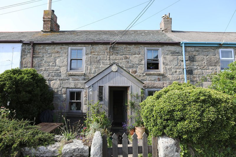 Grenfells Cottage. Pet friendly, dog proof gardens. Outdoor dining. Pub close by, holiday rental in Botallack