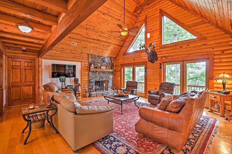 Large Lavonia Lakefront Log Cabin w/Boat Slip, location de vacances à Franklin Springs