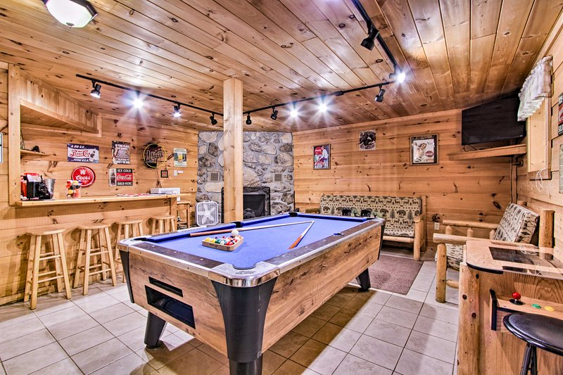 A-Frame Cabin w/Hot Tub < 1 Mi to Ober Gatlinburg!, vacation rental in Gatlinburg