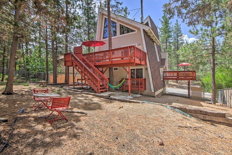 ¡Reserve su escapada a Big Bear en esta dulce cabaña de alquiler de vacaciones de 2 dormitorios y 2 baños!