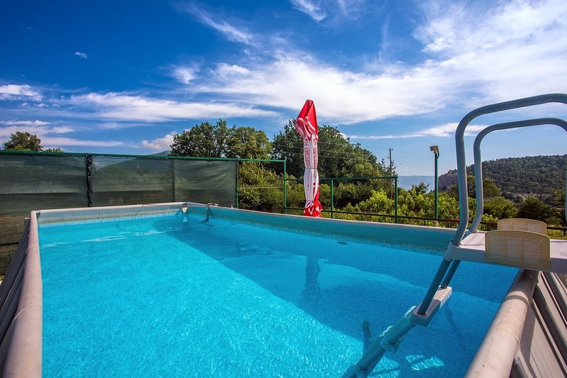 Gata Apartment Sleeps 4 with Pool - 5407855, location de vacances à Zakucac