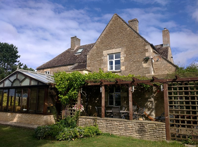 Large farmhouse with private meadows and woodland, holiday rental in Carterton