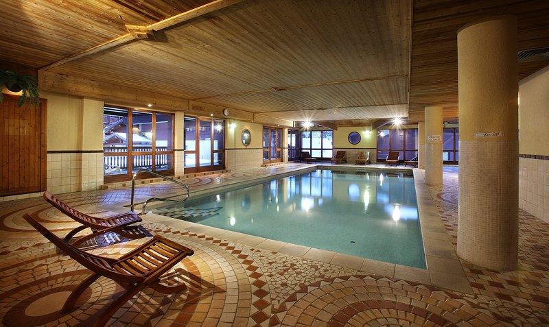 Mergulhe na encantadora piscina coberta após um ótimo dia.
