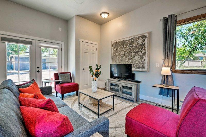 Estilo requintado e mobiliário confortável aguardam neste estúdio do West Jordan.