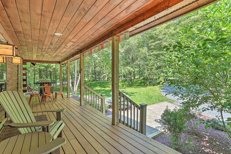 Ce refuge de 2 chambres + mezzanine avec 2 salles de bains dispose d'un porche couvert.