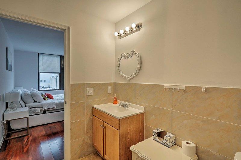 Det egna badrummet är idealiskt beläget precis utanför sovrummet.