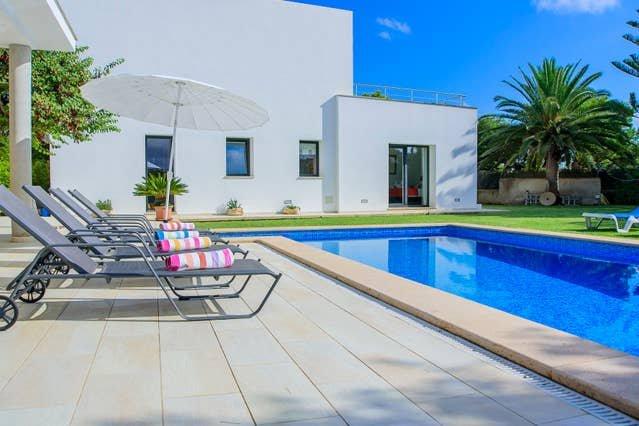 Big villa with swimming-pool & Wifi, holiday rental in Cala Serena