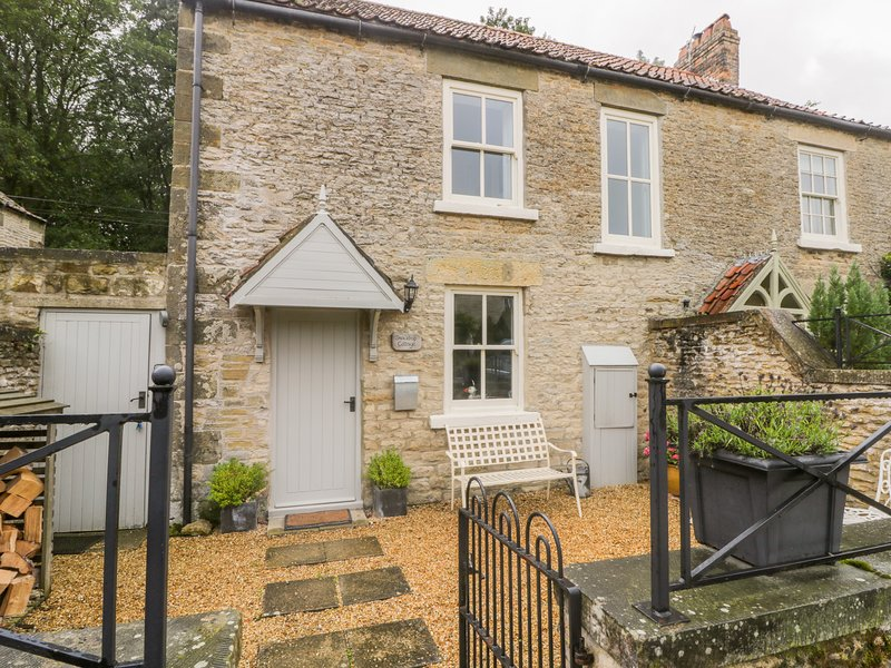 SNOWDROP COTTAGE, stone-built, character property, woodburner, walks in the, Ferienwohnung in East Heslerton