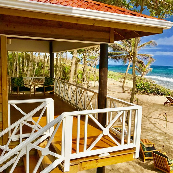 Turtle Beach Sanctuary - Green Turtle Bungalow With Private Beach, casa vacanza a Utila