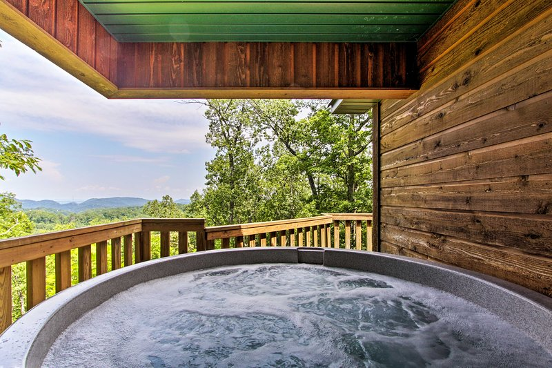 Picturesque views, private hot tub, pool table, and more await 6 lucky guests!