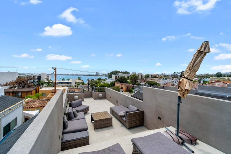 Modern home w/ a fireplace & enclosed yard plus bay views from the rooftop patio, vacation rental in Elvira