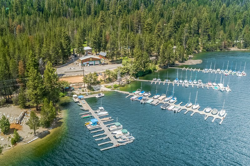New listing! Cozy chalet w/ wood-burning stove & outdoor space with lake views!, casa vacanza a Huntington Lake