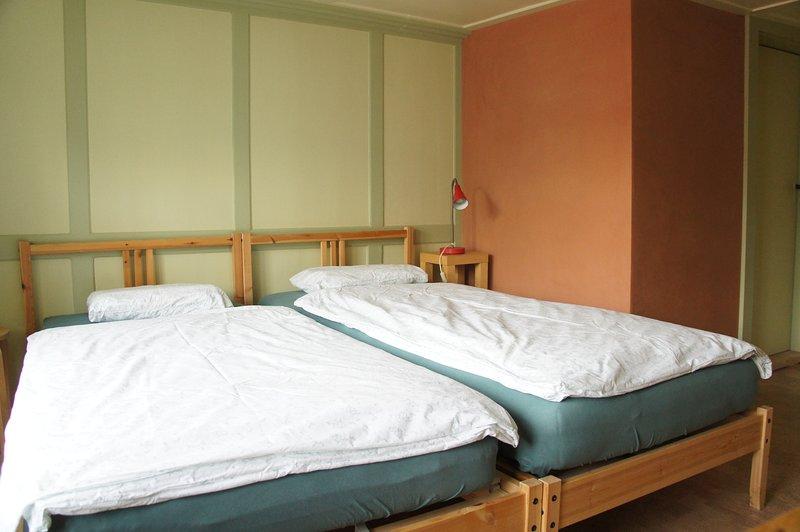 Zweibett-Zimmer in 450-jährigem Holzhaus im Herzen von Appenzell, holiday rental in Appenzell