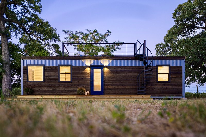 'The Shoreline' Container Tiny Home 12 min to Magnolia/Baylor, holiday rental in Ross