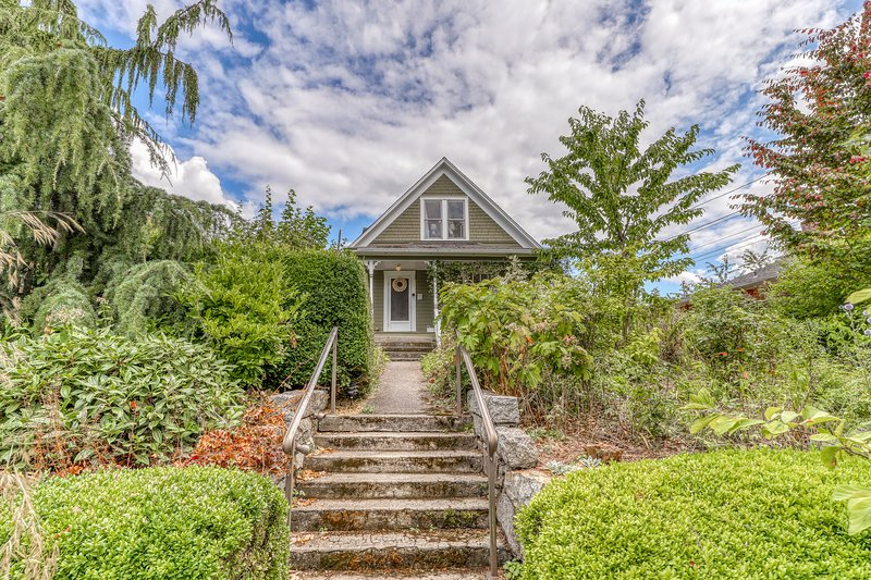New listing! Historic, family friendly home w/ full kitchen, WiFi & garden!, location de vacances à Lake Stevens