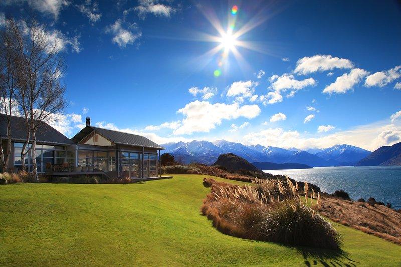 Whare Kea- Luxury Lakeside Villa, location de vacances à Wanaka