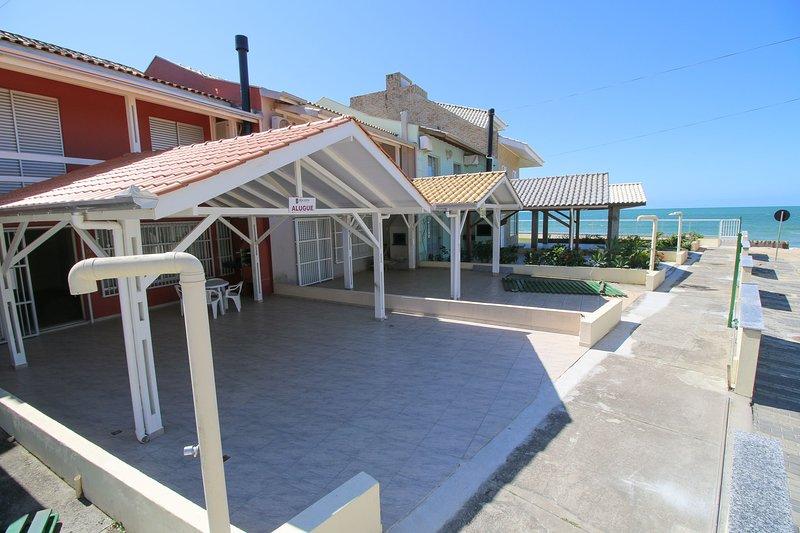 Aluguel Casa 3 quartos s/ 1 suíte frente Mar | Bombas/SC, holiday rental in Bombinhas