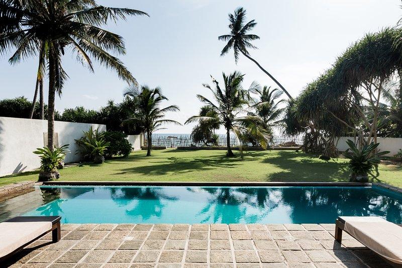 'Green Parrot Beachvilla & Cube' - für 6 Personen mit Pool direkt am Traumstrand, alquiler vacacional en Akurala