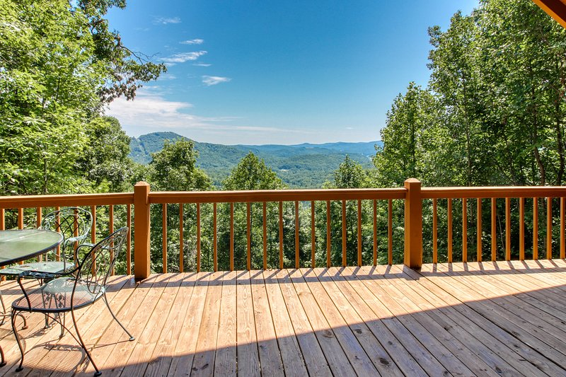 Dog-friendly, mountain view cabin w/fireplace, gas grill, pool table & firepit, alquiler vacacional en Mountain City
