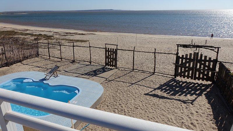 Villa 4 personnes(piscine privée) sur la plage de la presqu'ile touchant majunga, location de vacances à Mahajanga Province