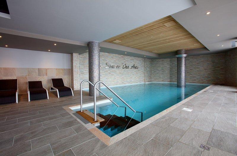 Mergulhe na adorável piscina coberta aquecida após um ótimo dia!