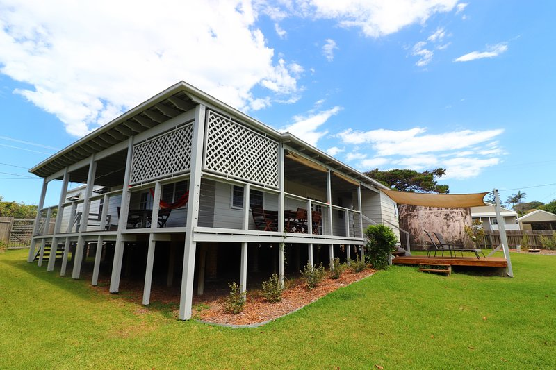 By the Beach - opposite great surfing beach - fireplace, wifi and large backyard, vacation rental in Lake Macquarie