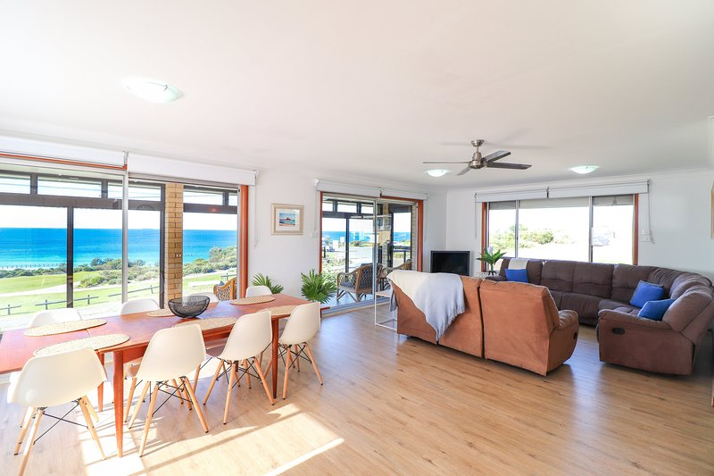Ripples by the Sea - a great family home opp. beach with pool and wifi, vacation rental in Lake Macquarie