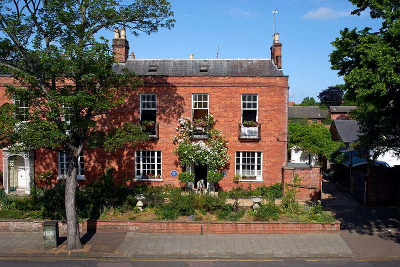 Historic and Stunning, Large Central Bedford House, holiday rental in Renhold