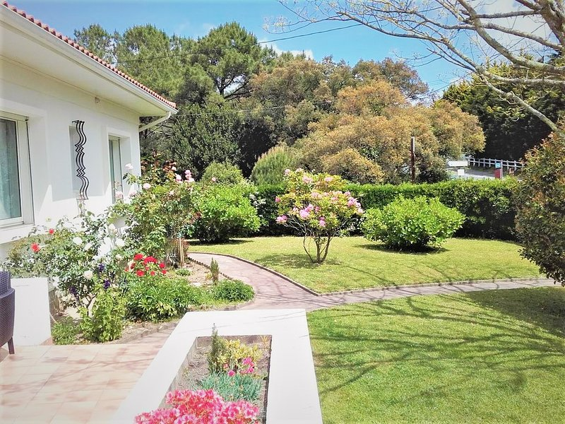 Villa à 5 minutes des plages à pied, piscine chauffée, golf, tennis, thalasso, holiday rental in Villefranque