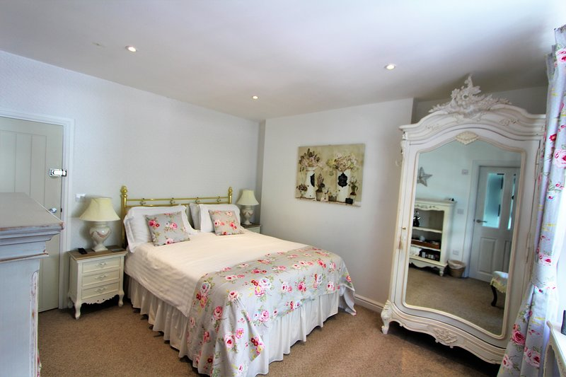 The Sun: Kingsize Room In A Central Fowey Town House, holiday rental in Fowey