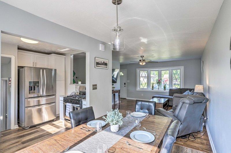 La casa è stata recentemente aggiornata per offrire mobili e decorazioni moderni.