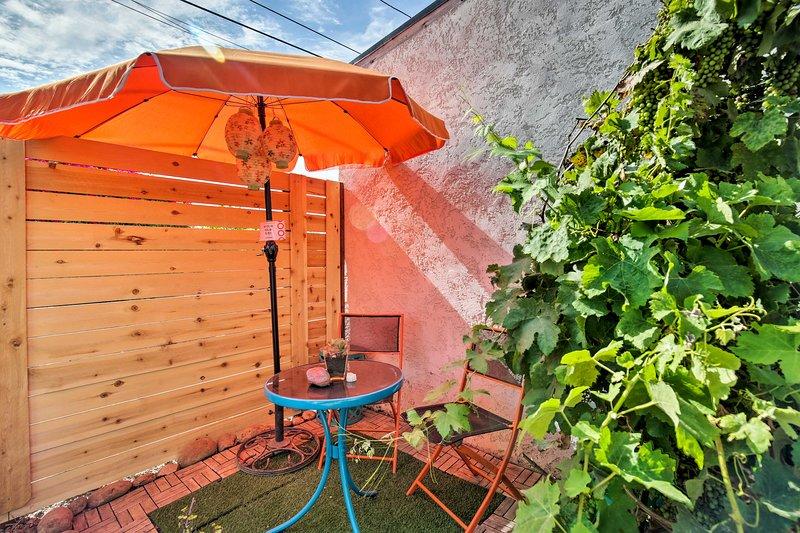 Prendi il sole con una bibita fresca in mano nel patio appartato.