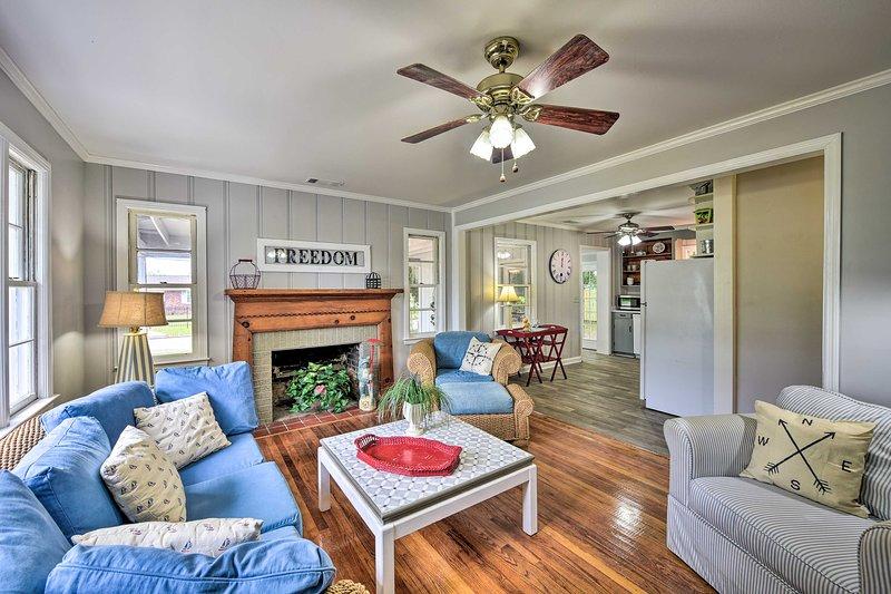 Beaufort Home w/Porch, 4 Mi. from Downtown!, location de vacances à Seabrook