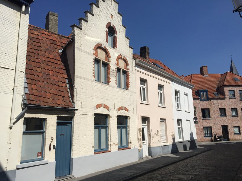 'De Hoedenmaker', 17th century licensed holiday home in city center, sleeps 6, holiday rental in Sint-Kruis