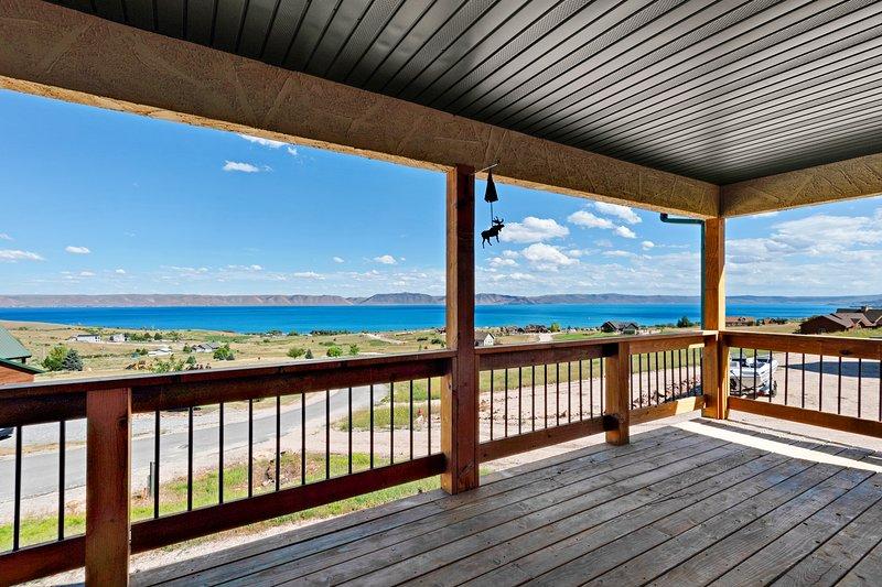 Beautiful lakeview home with a cozy fireplace & spacious deck!, location de vacances à Fish Haven