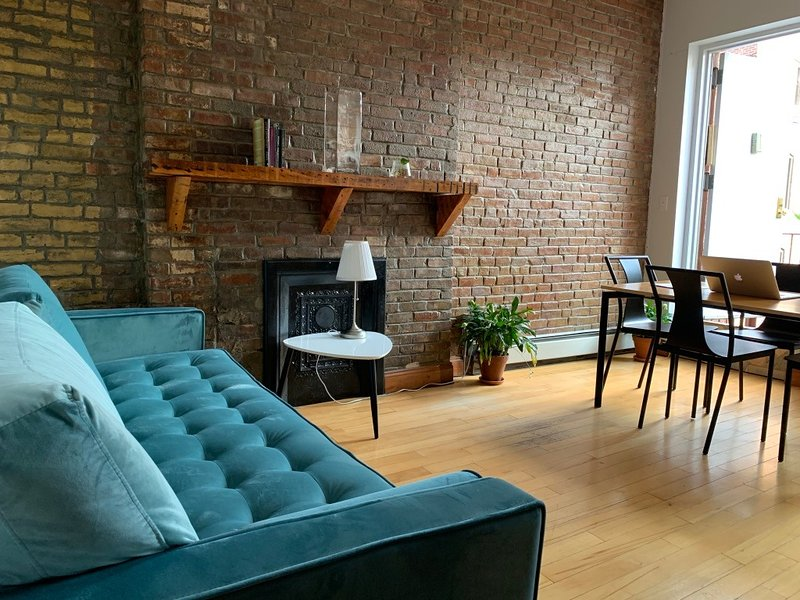 **New** Large Manhattan Brownstone, 3 full bedrooms, new furniture, balcony, holiday rental in New York City